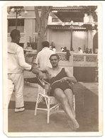 Photo Originale , Homme En Maillot De Bain Sur Chaise , Dim. 6.0 X 9.0 Cm - Personnes Anonymes