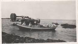 """PHOTO (11x6 Cm) PERSONNES EN BARQUE CUEILLETTE DU LICHEN ROCHER DE L'ANTILOPE ÉPAVE NAVIRE """"ANTILOPE"""" COUTAINVILLE (50) - Boats"""