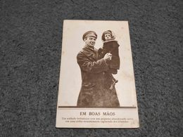 """ANTIQUE POSTCARD PROPAGANDA """" EM BOAS MÃOS"""" ENGLISH SOLDIER WITH A CAPTURED GIRL FROM A GERMANY VILLAGE - UNUSED - Militaria"""