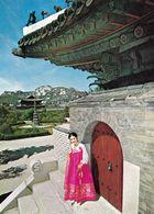 1 AK Südkorea South Korea * A Woman In Front Of A Gate Of An Ancient Palace * - Korea (Süd)