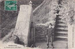 PLEUDANIEL - La Fontaine De La Vieille Eglise - Enfant - 2 Scannes - Frankrijk