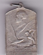 A SARMIENTO EL CONSEJO NACIONAL DE EDUCACION CIRCA 1911 PLAQUETA SIZE 2x3.4cm WEIGHT 10grs-BLEUP - Personnes Célèbres