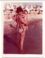 Photo Originale , Femme Avec Enfant En Maillot De Bain , Dim. 9.0 X 12.0 Cm - Anonymous Persons