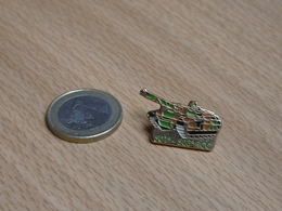 PIN'S. 501éme 503éme RCC. CHARS DE COMBATS. - Militari