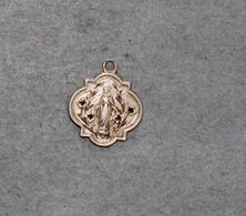 Médaille Religieuse En Argent Représentant Marie à Graver Au Verso - Religion & Esotérisme