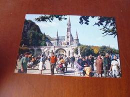 LOURDES LES MALADES REVIENNENT DE LA GROTTE - Lourdes