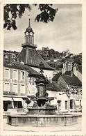 - Dpts Div.-ref-AC29- Jura - Poligny - Fontaine Place Nationale - Arriere Plan Grand Bazar - Bazars - Magasin - Magasins - Poligny