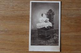 Cdv Second Empire Petite Fille Robe  Sur Un Siege Par Maujean - Photographs