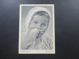 AK / Fotokarte Kleines Kind / Ein Liebes Kerlchen. Lang - Kurz - Bavaria. Marke Saarland 1955 - Portraits