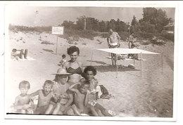 Photo Originale , Femmes Et Enfants En Maillot De Bain Sur La Plage , Dim. 9.0 X 6.0 Cm - Personas Anónimos