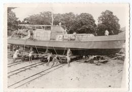 Photo Ancienne ( Singapour , Asie ? ) - Un Bateau En Cale Sèche - Boats