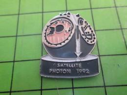 316b PIN'S PINS / Rare Et De Belle Qualité / THEME ESPACE / SATELLITE PHOTON De 1992 - Space