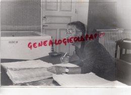87 -VERNEUIL SUR VIENNE- JACQUES BARRIERE CONSULTANT LES REGISTRES - PHOTO ORIGINALE - Persone Identificate