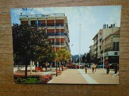 Arcachon , Dans Le Prolongement De La Jetée Thiers , La Place Thiers Dans Le Centre De La Ville - Arcachon