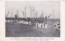 """CPA OKLAHOMA Tribu D' Indiens Se Préparant à La """"Danse Du Soleil"""" Indian (2 Scans) - Indios De América Del Norte"""