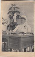Dame De La Croix Rouge Avec Médaille Devant Son Bureau - Croix-Rouge