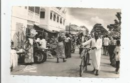 COTONOU ( EX DAHOMEY BENIN) CARTE PHOTO RUE DE LA LAGUNE (CYCLISTE ET MARCHE ANIME) - Benín