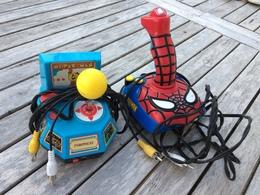 Lot De 2 Manettes à Brancher Sur Tv Spider Man  Jakks Tv Games Et Pac Man De Lansay ( Les 2 Fonctionnent  ) - Consoles