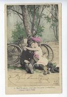 CPA Couples Amoureux Mais Le Mieux C'est Que L'on Peut S'embrasser M.F. Paris Vélo Chapeau Costume Humour - Couples
