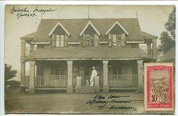 MADAGASCAR * Photo Carte Ecrite à Ambositra 11 Juillet 1909 Belle Maison Homme Tenue Coloniale Avec Son Chien - Madagascar