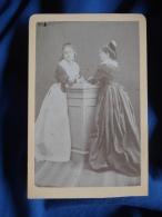 Photo CDV Anonyme - Deux Arlésiennes En Pied Vers 1870-75 L390 - Antiche (ante 1900)