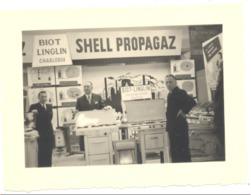 Photo ( +/- 6 X 9 Cm) Foire Commerciale Charleroi (sous Réseve) Stand BIOT LINGLIN  En 1952 - Lugares