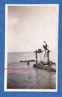 Photo Ancienne Snapshot - COLLEVILLE Sur MER - Homme & Petite Fille En Maillot De Main Bord De L'eau - Enfant Boy Girl - Boats