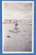 Photo Ancienne Snapshot - COLLEVILLE Sur MER - Femme & Sa Fille Sur La Plage - 1932 - Enfant Mode Woman Normandie Girl - Boats