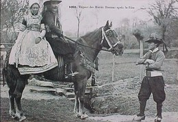 Cpa   NOCE En BRETAGNE , DEPART DES MARIES BRETONS APRES LA FETE , à Cheval   BELLE ROBE DE MARIEE . VILLARD QUIMPER - Noces