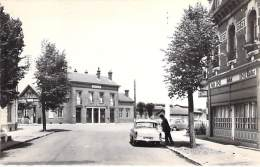 80 - ROYE : La Gare ( Hotel Bar Tabac Des Voyageurs - Automobile En 1er Plan - CPSM Dentelée N/B Format CPA - Somme - Roye
