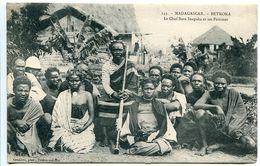 CPA - MADAGASCAR - BETROKA Le Chef Bara Inapaka Et Ses Femmes - Excellent état - Madagascar