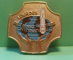 Pin Militaire - LOURDES Pelerinage Militaire International Militare - 1980 - Insignes & Rubans
