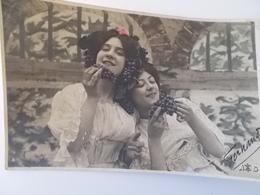 CPA.- Twee Dames Met Druiven Trossen , Verliefden - NO REPRO - Femmes