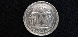 Médaille Belge ,  Belgique Ville De COURTRAI ( Blason Couronne Hommes Dénudés ( Région Flamande ) - Unclassified