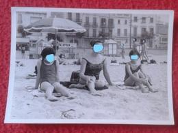 ANTIGUA FOTOGRAFÍA FOTO OLD PHOTO PLAYA PLAGE ? BAÑISTAS PERSONAS JUNTO A SOMBRILLA EN LA ARENA FRANCE ? SPAIN ? VER FOT - Personas Anónimos