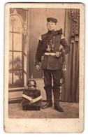 Fotografie F. W. Weide, Unbekannter Ort, Portrait Soldat Mit Schwalbennestern Und Horn, Tornister Und Pickelhaube - Guerra, Militares