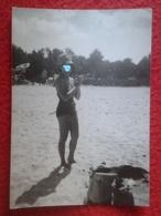 ANTIGUA FOTOGRAFÍA FOTO OLD PHOTO PLAYA PLAGE ? BAÑISTA PERSONA MUJER WOMAN EN LA ARENA CON SOMBRERO HAT SPAIN ? FRANCE? - Personas Anónimos