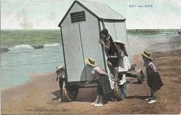 D14 - LUC SUR MER - LES JEUX SUR LA PLAGE - Cabine Sur Roues Et Fillettes Avec Chapeaux De Paille - Carte Colorisée - Luc Sur Mer
