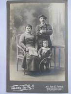Militaria - Photographie De Cabinet  - CHASSEUR ALPIN Et Sa Famille - N° 22 Sur Col - Photo Marseille - Parfait Etat - War, Military