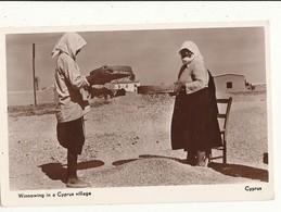 CHYPRE WINNOWING IN A CYPRUS VILLAGE CPA BON ETAT - Cyprus