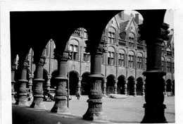 PLACE AVEC ARCADES VOITURE ANNEE 1940 A Identifier Tampon Sur La PHOTO CAROEN 43 RUE DES POSTES LILLE - Places