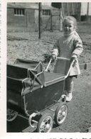 LOT De 2 PHotos Prises à Allennes Les Marais Le 11 Avril 1954 Fillette Bébé Bâtiment Industriel ? - Places
