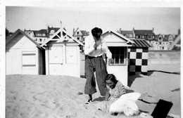 BORD DE PLAGE  AVEC CABINES ANIMATION ANNEE 1940 A Identifier Tampon Sur La PHOTO GEVAERT  RIDAX - Places