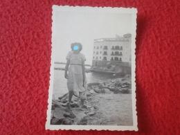ANTIGUA FOTOGRAFÍA FOTO OLD PHOTO PLAYA MAR SEA PLAGE ? MUJER SEÑORA CON VESTIDO BLANCO JUNTO AL AGUA SPAIN ? FRANCE ? - Personas Anónimos