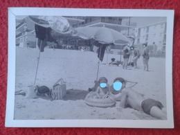 ANTIGUA FOTOGRAFÍA FOTO OLD PHOTO PLAYA MAR SEA PLAGE ? GRUPO DE PERSONAS EN LA ARENA JUNTO A SOMBRILLAS SPAIN ? FRANCE? - Personas Anónimos