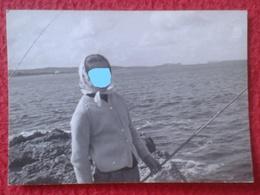 ANTIGUA FOTOGRAFÍA FOTO OLD PHOTO PLAYA MAR SEA PLAGE ? MUJER WOMAN FEMME CON CAÑA PESCADORA FISHERWOMAN Pêcheur SPAIN ? - Personas Anónimos