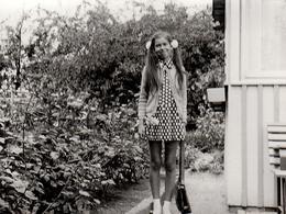 Photo Originale Portrait De Pin-Up Adolescente, Couettes & Mini Jupes à Pois Vers 1970 - Pin-ups