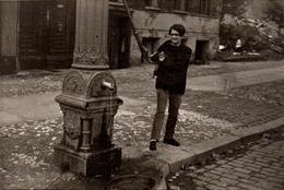 Photo Amateur Originale Femme Actionnant La Fontaine De La Ville - Hartwig Denkel - 5552 Morbach - Objects