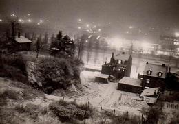 Photo Amateur Originale Magie De La Nuit Et De Ses Lumières Sur Un Village Enneigé - Places