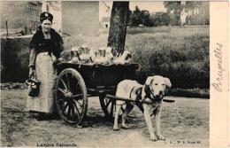 1 CPA  C1905  éd L. L. Hondenkar ( Attelage De Chiens Flamand, Hund, Dog) LAITIERE Flamande TREKHOND Perfect - Marchands Ambulants